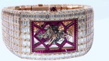 Video: UN PRÉCIEUX TOURBILLON MÉCANIQUE À HUIT CHIFFRES (Billionaire III Diamonds & Rubies ) @Jacob & Co.